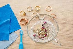 Covid-19: Πλένουμε τα κοσμήματα όπως τα χέρια μας;